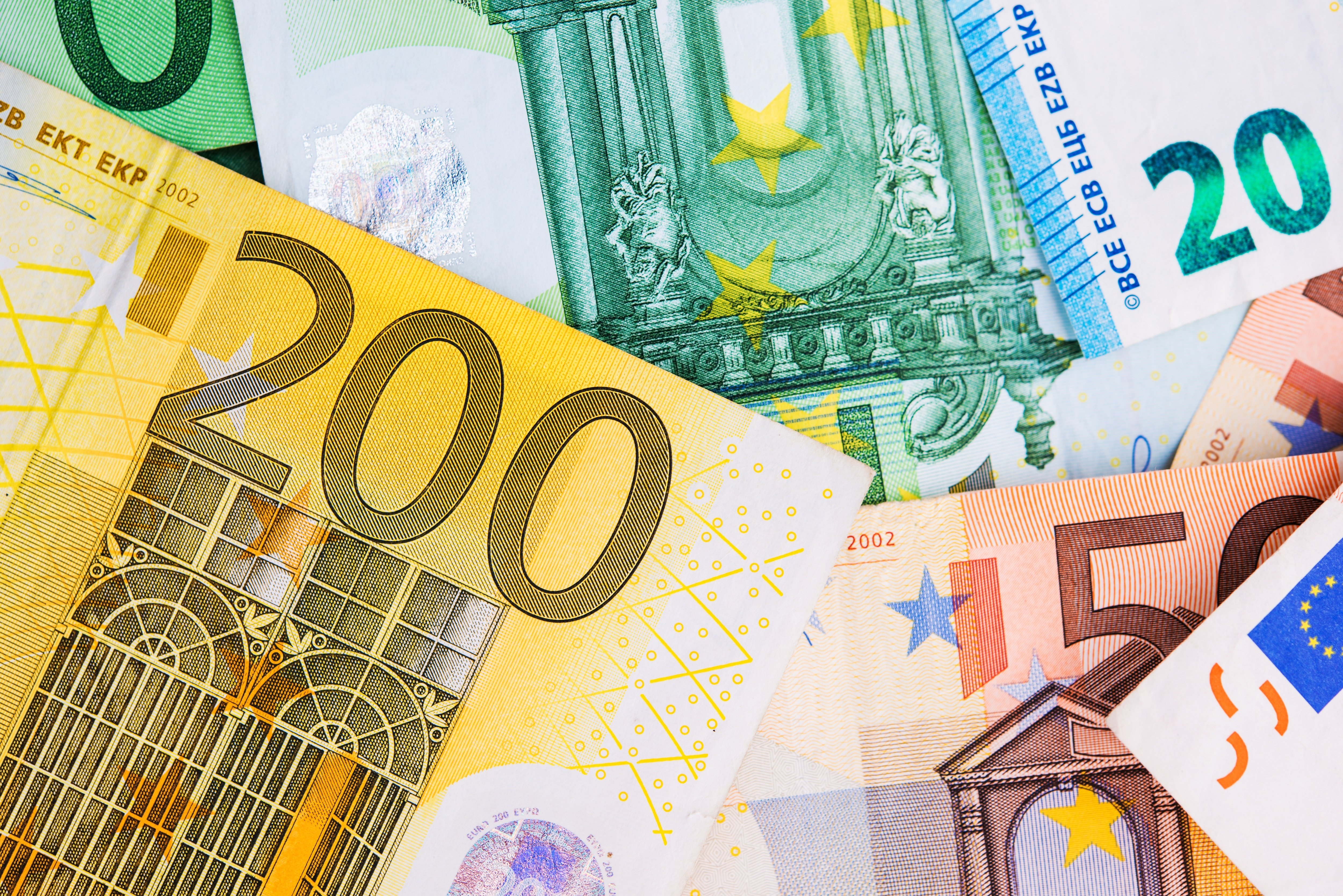 euro-money-banknotes-PV4GD7E.jpg